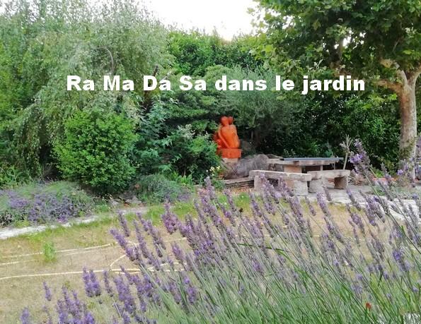 Marche méditative Ra Ma Da Sa dans le jardin
